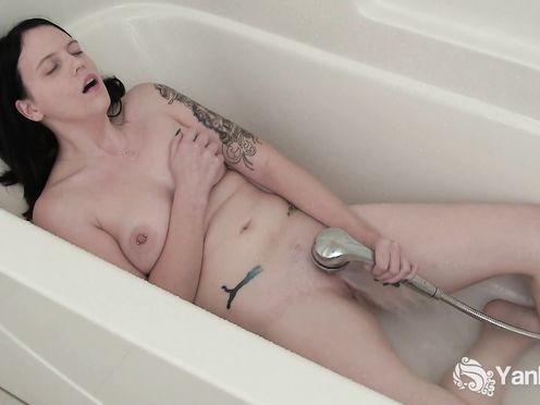 Брат снял на мобильник, как сестра мастурбирует в ванне струёй воды из душа