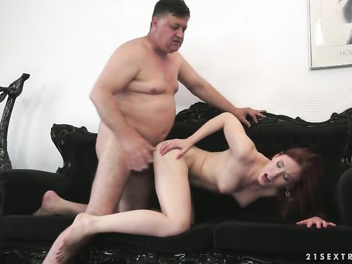 Пузатый папа трахает свою худую дочку