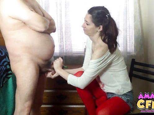 Извращенец отец заставил дочь дрочить ему член