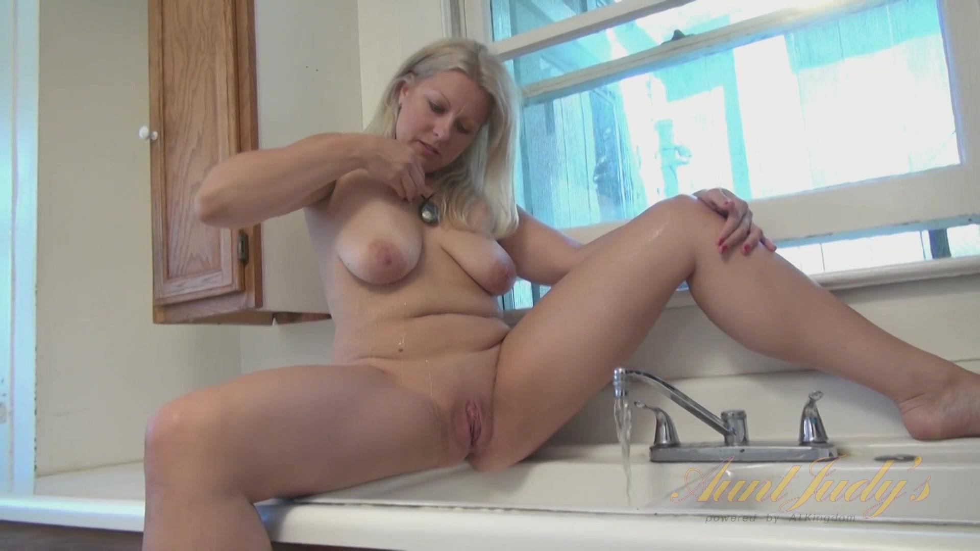 Секс сына с мамой он увидел как она мастурбирует видео смотреть
