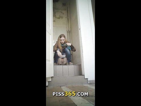 Девушка писает в школьном туалете