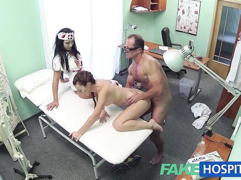 Девушку выебли в кабинете врача в присутствии медсестры