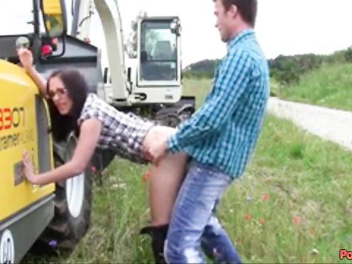Тракторист ебёт сучку прямо возле трактора