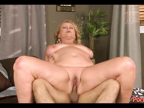 Грудастая мать азартно прыгает на члене сына