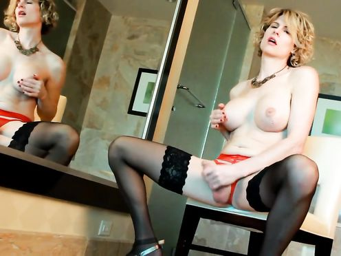 Симпатичный трансвистит дрочит член перед зеркалом