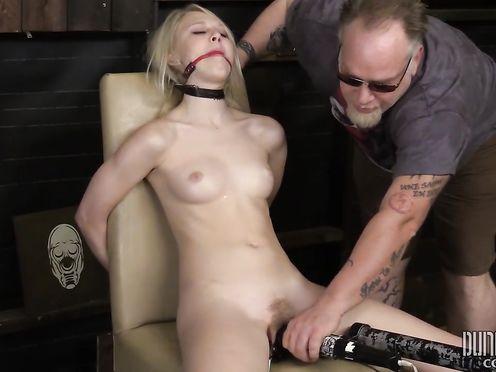 Извращенец отец заставил дочь заниматься БДСМ