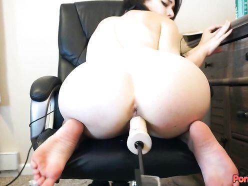 Молоденькая брюнетка мастурбирует письку электрическим фаллосом