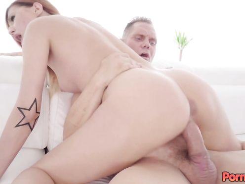 По окончании секса мужик кончает глубоко в пизду