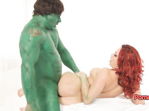 Рыжую молодуху горячо трахает зеленый халк