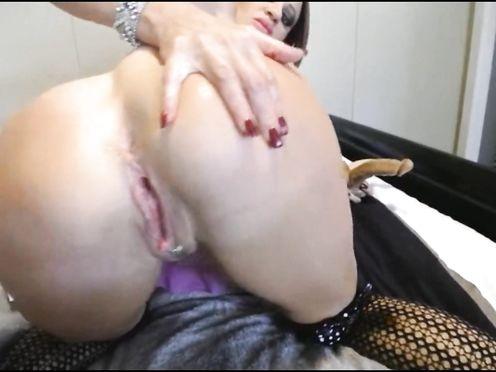 Шлюха мастурбирует свои дырки двумя фаллосами на веб камеру