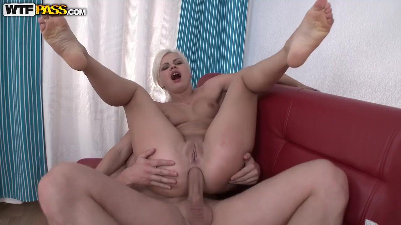 Порно мастурбирует на красном кожанном диване