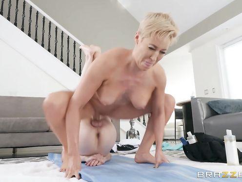 Молодой массажист массажирует членом манду 40 летней женщины