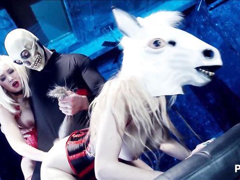 Порно спектакль извращенцев с кобылой и скелетом