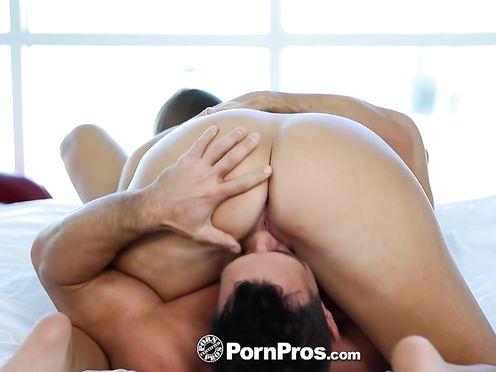 Любитель лизать бритую вагину перед сексом в позе 69