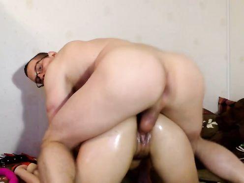Свое домашнее порно на веб камеру показывает молодая пара