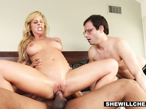 Жена балдеет от огромного члена негра перед мужем рогоносцем