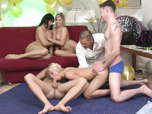Порно игры веселой компании на дне рождения друга