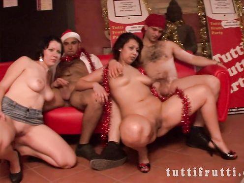 Новогоднее групповое порно свингеров снятое в качестве HD