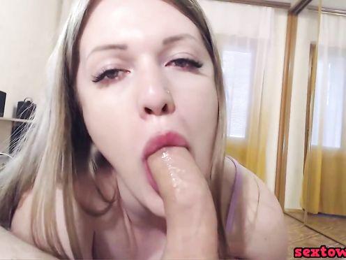 Жена смачно сосёт и дрочит половой член на веб камеру