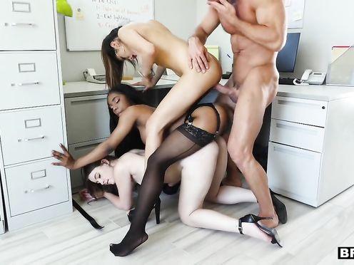 Шеф ебёт своих подчинённых и кончает на них спермой