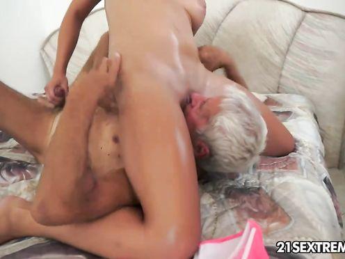 Дедушка лижет влагалище внучке обучая её сексу