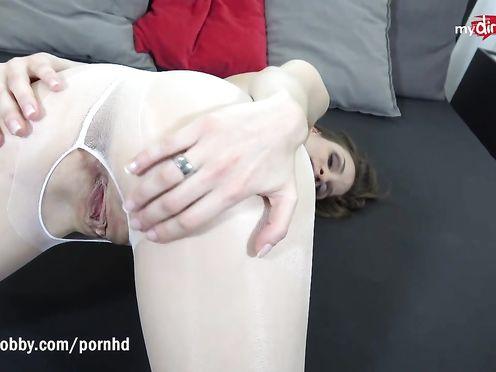 Сука раздвинула ноги и попросила трахнуть ее через дырку в колготках