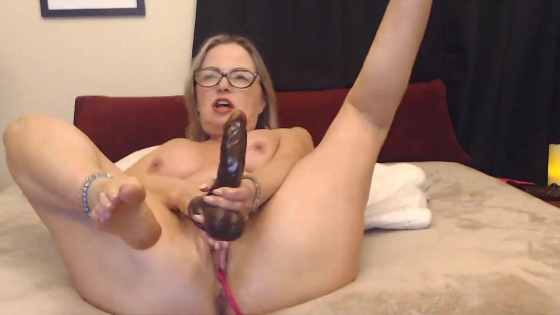 Порно видео вставила себе огромный, фото домохозяйку ебут дома в халате