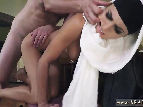 Стройная мусульманка стоит голая раком перед своим любовником