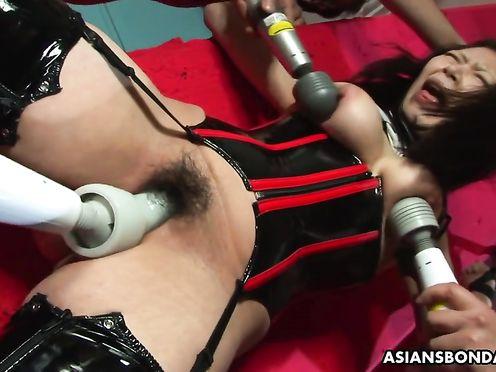 Над азиаткой жёстко издеваются разными секс игрушками