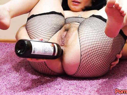 Брюнетка дрочит большую жопу горлышком от бутылки