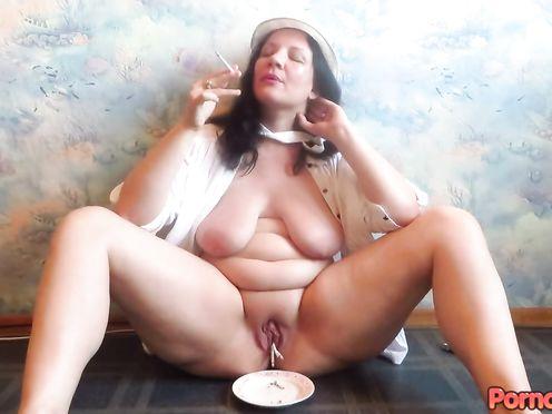 Толстая блядь стала курить своей пиздой сразу несколько сигарет