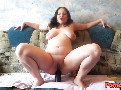 Толстая сучка садиться своей большой жопой на самотык