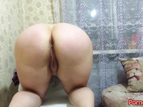 Жирная сучка дрочит свои дырки на маленьком стуле в гостиной