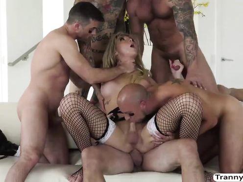 Транс в чулках трахается с группой парней и сосет их члены