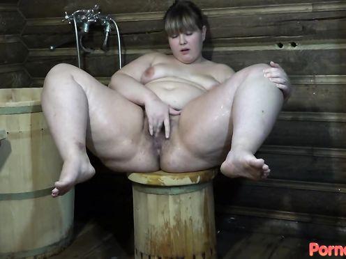 Очень толстая сука подрочила волосатую дырку лейкой в душе