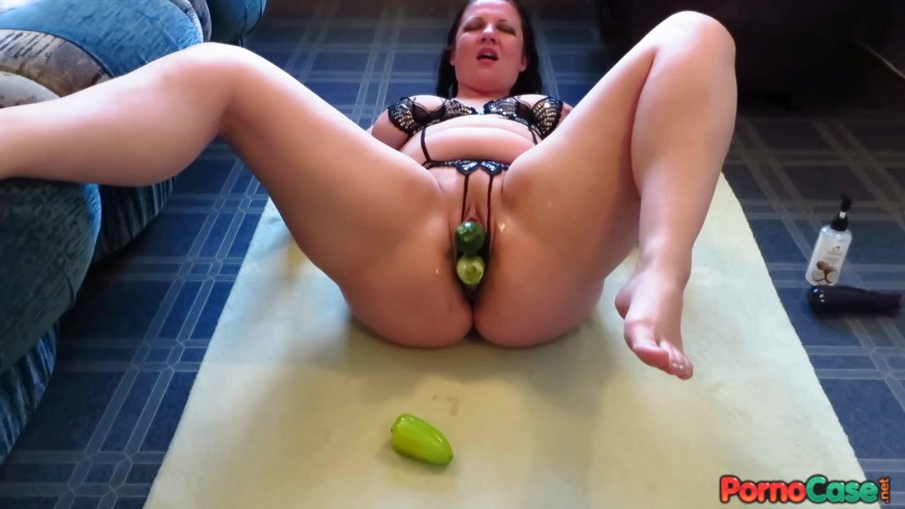 Рыжая красотка с татушкой мастурбирует пизду овощами на фото