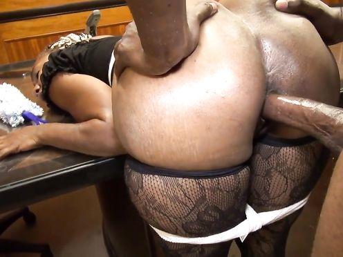 Негр трахает свою секретаршу в разные дырки