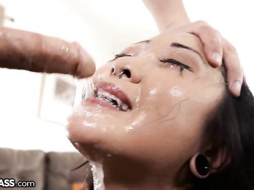 Чувак жестко ебет молодую азиатку в рот своим большим твердым хером