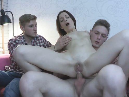 При муже лохе жену ебет в жопу друг по работе
