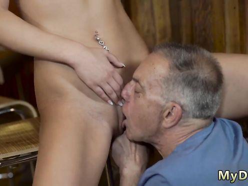 Старый делает молодой куни и трахает её маленьким хуем