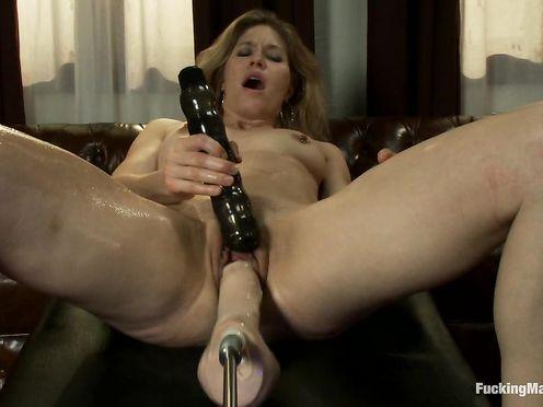 Озабоченная сучка дрочит жопу секс машиной, а пизду вибратором
