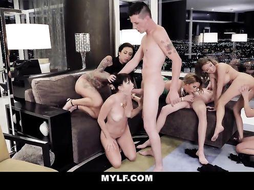 Групповая порнуха с элитными проститутками в апартаментах