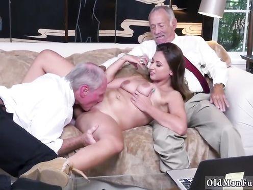 Внучка делает минет и дает себя трахнуть двум старым пердунам