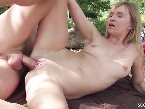 Порно видео на природе с шалавой снятое на мобильный