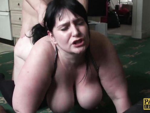 Муж грубо взял свою жену, когда застукал ее за дрочкой пизды под порно