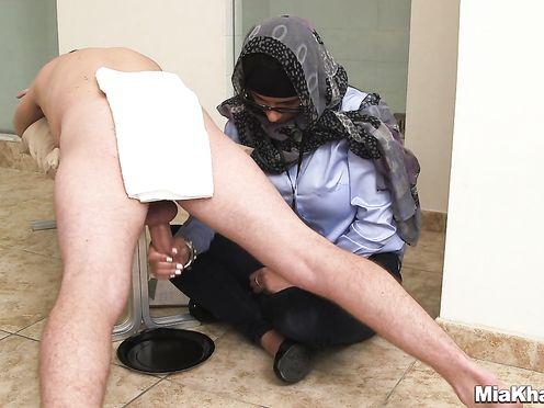 Мусульманка дрочит двоим мужикам и взвешивает их сперму