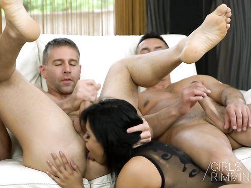 Сексуальная брюнетка принимает сперму на лицо сразу от двух мужиков