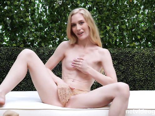 Очень худая блонда села на хер мужика который проводит секс кастинг