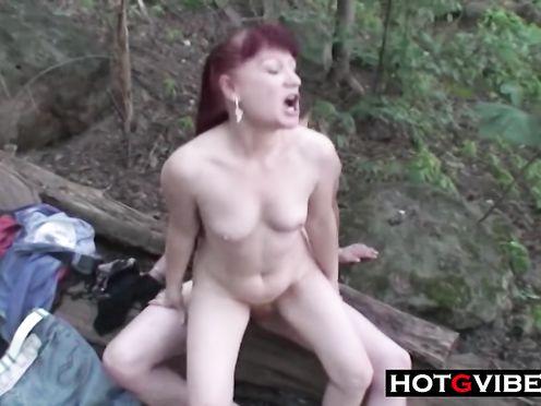 Двое мужиков после пикника ебутся с рыжей бабой в лесу