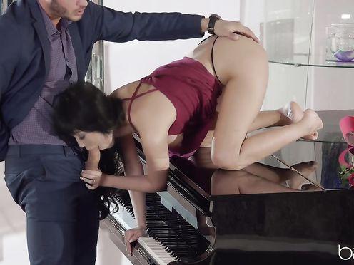 Девушка показала киску пианисту, и отсосала у него лежа на инструменте